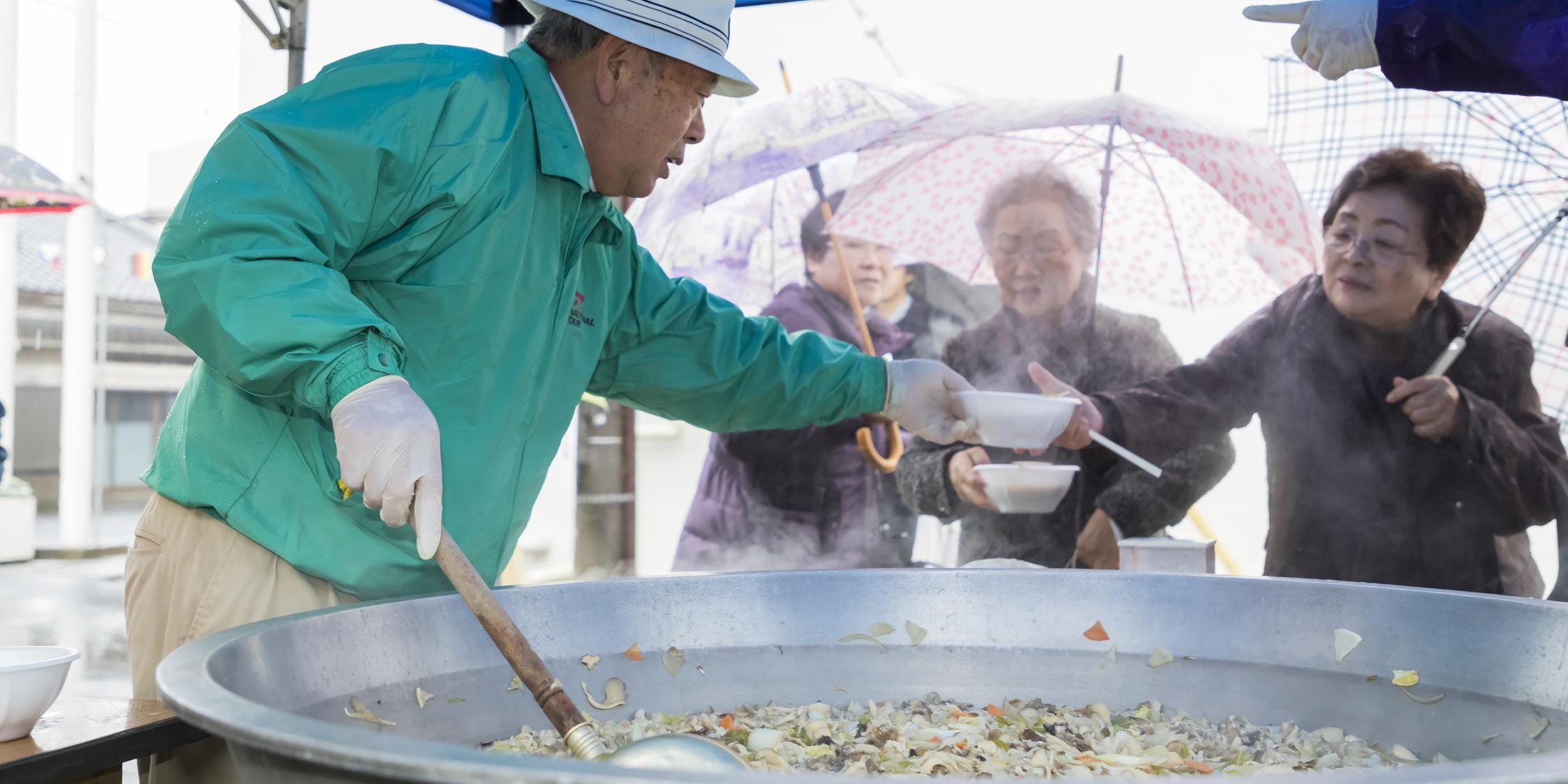 商業祭りいがっぺ市でバザーと舞茸汁の無料配布