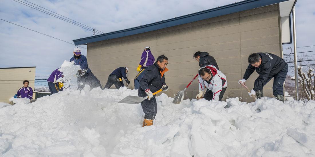 豪雪地帯ならではの事業。独居高齢者宅で雪下ろし