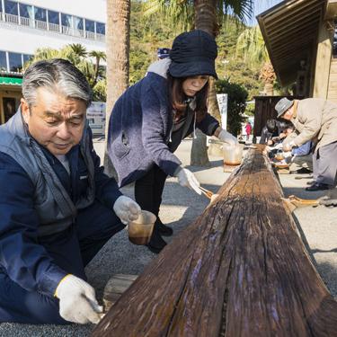 鵜戸神宮に寄贈したベンチの清掃と維持活動
