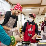 留学生たちに日本文化を。おせち作り体験実施