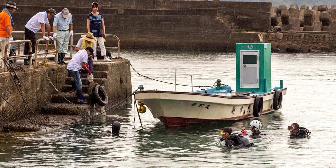 串本港で海中清掃ボランティア活動