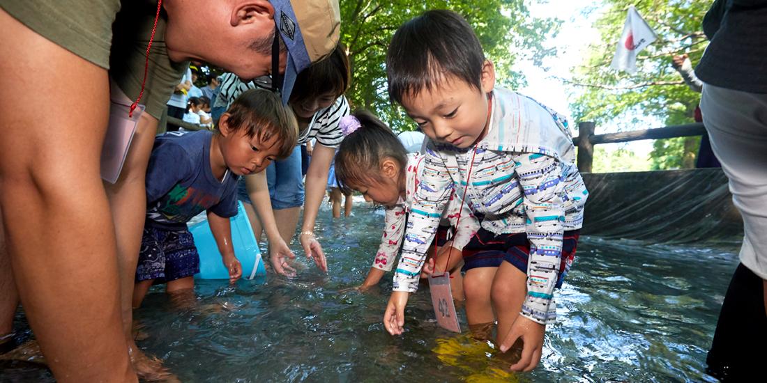 夏休みの思い出は ずぶ濡れで魚のつかみ取り