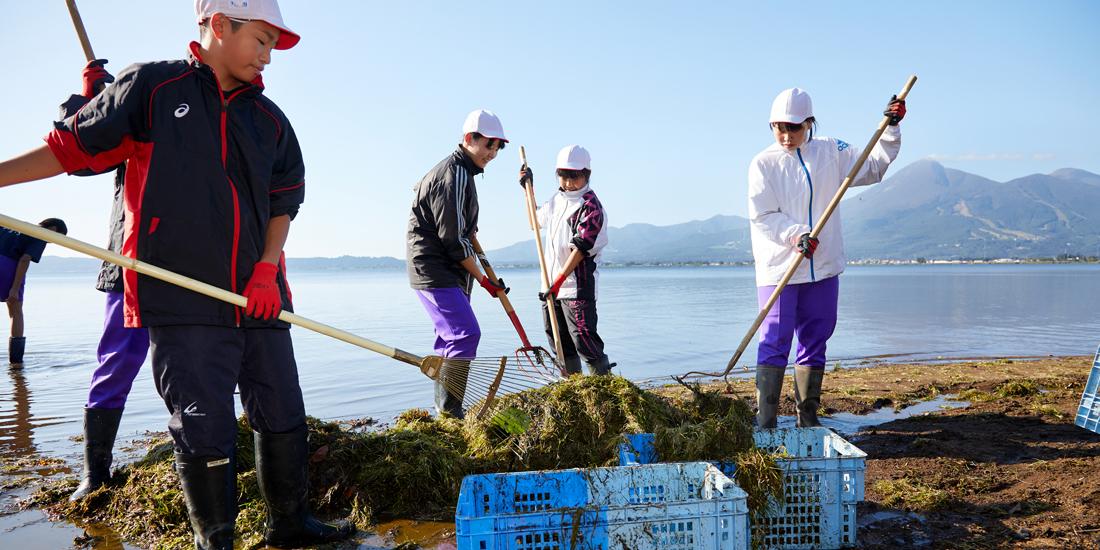 水質日本一を目指し 中学生と共に水草回収