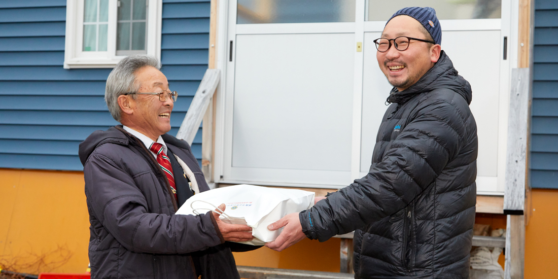 仮設住宅に 正月用の支援物資を配布