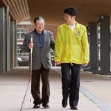 中途視覚障害者の社会参加を支援する白杖歩行講習会