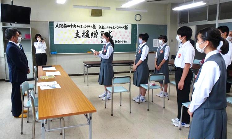 気仙沼市の中学校へ プロジェクター3台を寄贈