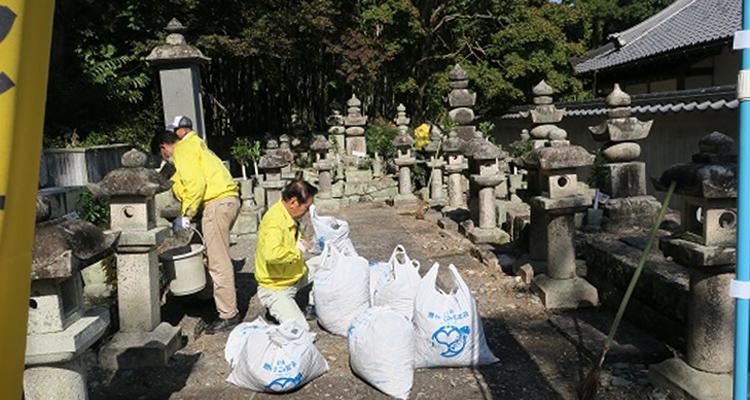 地域の歴史に思いをはせ清掃奉仕活動