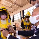 小学校で避難訓練とライフジャケットの寄贈