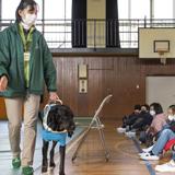 """""""つなぐ思いやりの心で"""" 盲導犬出前授業を実施"""