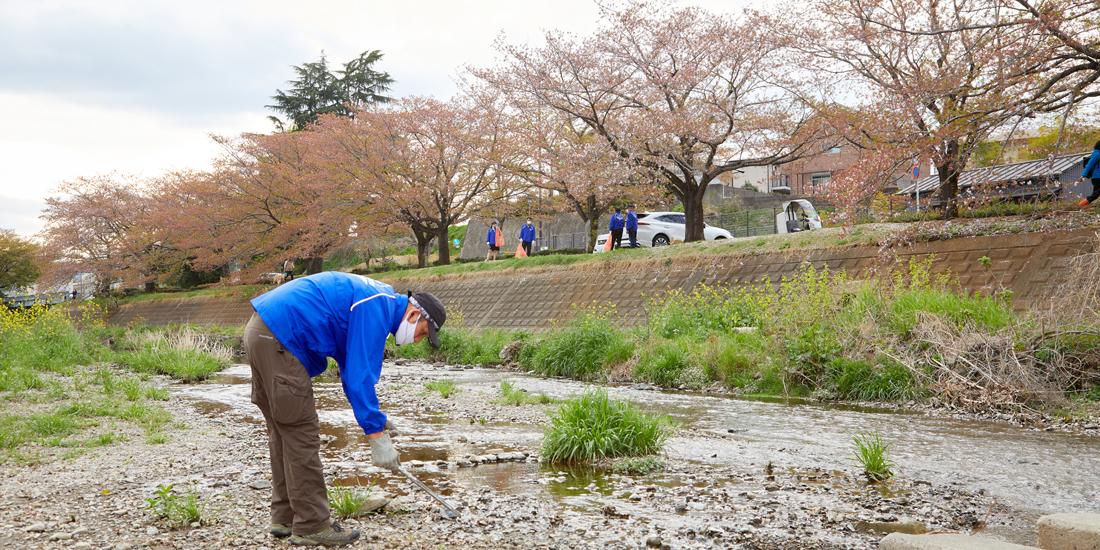 ふるさとの景色を守るため地域の川辺をきれいに